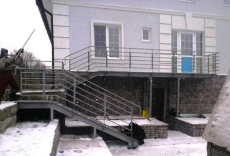 Балкон с лестницей, стальное крыльцо
