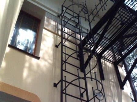 Вертикальная пожарная лестница