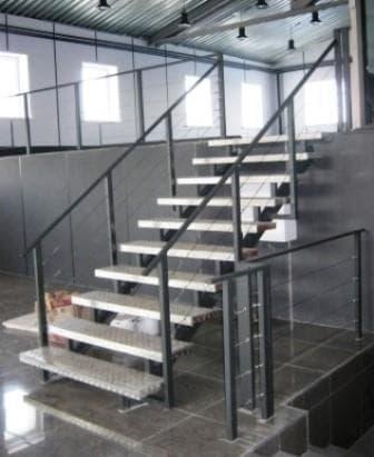 Лестница алюминиевая с тросовым ограждением