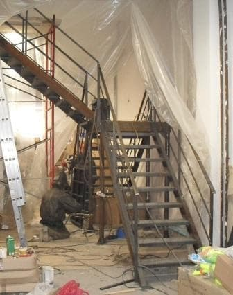 Стальная лестница с перилами